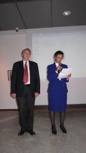 Mr Michel Foubert, premier adjoint au maire de Compiègne, chargé officiellement de recevoir les archives de l'Amicale. Danièle Bessière prend la parole.