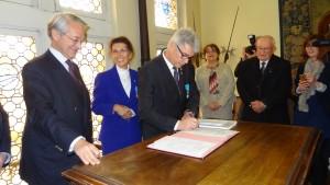 Signature du contrat de dépôt des archives de l'Amicale par Mr Marini, Mme Bessière, Mr Dham et Mr Pierre Jobard (185.784)